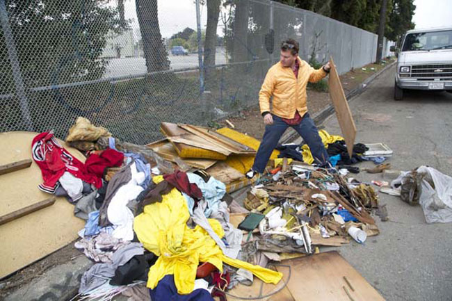 dumpster-diving-to-build-homes-for-homeless-01